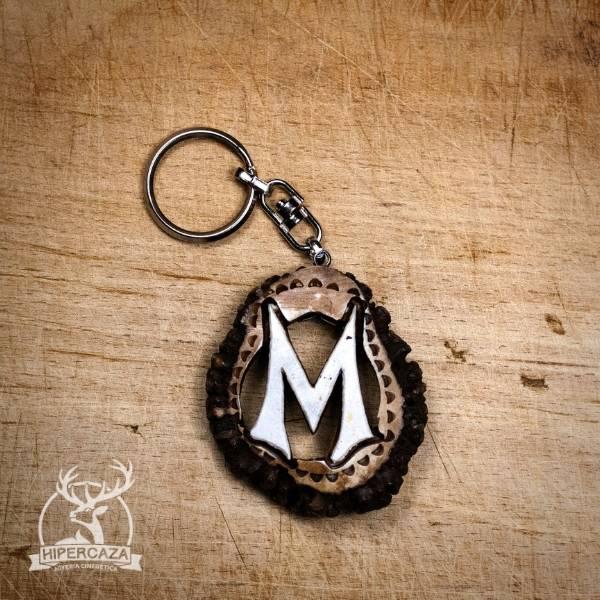 Llavero con letra M tallada en roseta de ciervo
