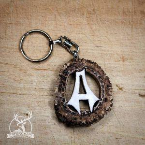 Llavero con letra A tallada en roseta de ciervo